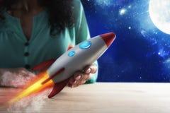 Η επιχειρηματίας προωθεί την επιχείρησή του με έναν πύραυλο Έννοια του ξεκινήματος και της καινοτομίας στοκ εικόνα με δικαίωμα ελεύθερης χρήσης