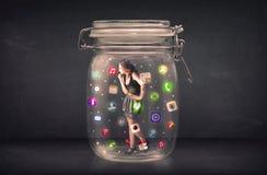 Η επιχειρηματίας συνέλαβε σε ένα βάζο γυαλιού με τα ζωηρόχρωμα app εικονίδια γ Στοκ φωτογραφίες με δικαίωμα ελεύθερης χρήσης