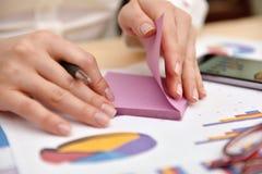 Η επιχειρηματίας τραβά την υπενθύμιση με τα στοιχεία Στοκ εικόνα με δικαίωμα ελεύθερης χρήσης