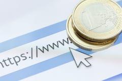 Η επιχειρησιακή έννοια για τον Ιστό, το κινητό τηλέφωνο με τη ιστοσελίδα σε απευθείας σύνδεση στην οθόνη με το νόμισμα και η επιχ Στοκ φωτογραφία με δικαίωμα ελεύθερης χρήσης