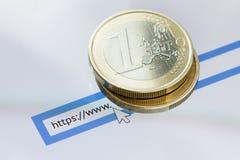 Η επιχειρησιακή έννοια για τον Ιστό, το κινητό τηλέφωνο με τη ιστοσελίδα σε απευθείας σύνδεση στην οθόνη με το νόμισμα και η επιχ Στοκ Φωτογραφία