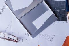 Η επιχειρησιακή έννοια Ο κάτοχος επαγγελματικών καρτών, τα σημεία βρίσκεται στις γραφικές παραστάσεις στοκ εικόνα με δικαίωμα ελεύθερης χρήσης