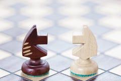 Η επιχειρησιακή έννοια της πάλης, αντιμετώπιση των ιδεών Σκακιέρα και οι αριθμοί των αλόγων Στοκ εικόνες με δικαίωμα ελεύθερης χρήσης