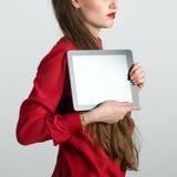 Η επιχειρησιακή γυναίκα έντυσε στην κόκκινη εκμετάλλευση και παρουσιάζει PC ταμπλετών οθόνης αφής με την κενή οθόνη Στοκ εικόνα με δικαίωμα ελεύθερης χρήσης