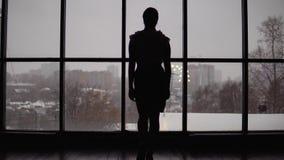 Η επιχειρησιακή γυναίκα έρχεται στο παράθυρο στο γραφείο 4K φιλμ μικρού μήκους