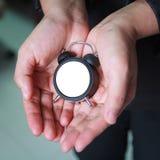 Η επιχειρησιακή γυναίκα δίνει ένα μικρό κενό ρολόι σε διαθεσιμότητα Στοκ φωτογραφία με δικαίωμα ελεύθερης χρήσης
