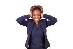 Η επιχειρησιακή γυναίκα αφροαμερικάνων που κρύβει την ακούει με τα χέρια της Στοκ Εικόνες
