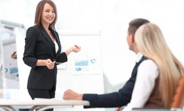 Η επιχειρησιακή γυναίκα διευθύνει ένα εργαστήριο με την επιχειρησιακή ομάδα Στοκ εικόνα με δικαίωμα ελεύθερης χρήσης