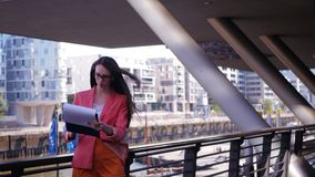 Η επιχειρησιακή γυναίκα ελέγχει τις στατιστικές και ικανοποιεί απόθεμα βίντεο