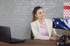 Η επιχειρησιακή γυναίκα εξετάζει υπέροχα συσκευασμένος παρουσιάζει στοκ φωτογραφίες με δικαίωμα ελεύθερης χρήσης