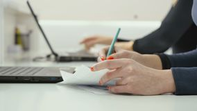 Η επιχειρησιακή γυναίκα καθιστά μια γραφική εργασία στην αρχή απόθεμα βίντεο
