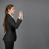 Η επιχειρησιακή γυναίκα με τον ψεκασμό μπορεί Στοκ Εικόνες