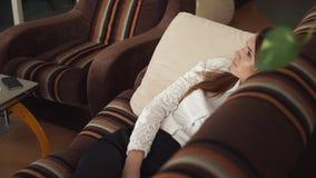 Η επιχειρησιακή γυναίκα παίρνει κουρασμένη και παίρνει μια μικρή διακοπή για το σπάσιμο απόθεμα βίντεο