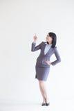 Η επιχειρησιακή γυναίκα παρουσιάζει κάτι στοκ φωτογραφίες με δικαίωμα ελεύθερης χρήσης