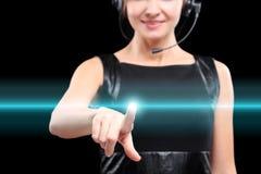 Η επιχειρησιακή γυναίκα πιέζει ένα κουμπί στην οθόνη αφής Στοκ Εικόνα