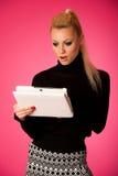 Η επιχειρησιακή γυναίκα που χρησιμοποιεί τον υπολογιστή ταμπλετών, που διαβάζει τις ειδήσεις, σημάδι Στοκ φωτογραφίες με δικαίωμα ελεύθερης χρήσης