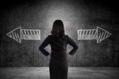 Η επιχειρησιακή γυναίκα πρέπει να επιλέξει μεταξύ διπλής κατεύθυνσης Στοκ εικόνες με δικαίωμα ελεύθερης χρήσης