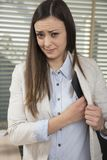 Η επιχειρησιακή γυναίκα προσποιείται ότι τίποτα δεν κρύβει, δωροδοκεί υπό εξέταση στοκ εικόνα με δικαίωμα ελεύθερης χρήσης
