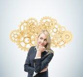 Η επιχειρησιακή γυναίκα σκέφτεται για τη βελτιστοποίηση της επιχειρησιακής διαδικασίας Μια έννοια των λύσεων διοίκησης επιχειρήσε Στοκ εικόνες με δικαίωμα ελεύθερης χρήσης
