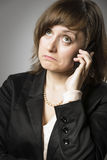 Η επιχειρησιακή γυναίκα αναρωτιέται σε κινητό στοκ εικόνα με δικαίωμα ελεύθερης χρήσης