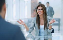Η επιχειρησιακή γυναίκα συζητά με τον πελάτη τους όρους της σύμβασης στοκ φωτογραφίες
