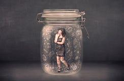 Η επιχειρησιακή γυναίκα συνέλαβε στο βάζο γυαλιού με συρμένα τα χέρι εικονίδια μέσων Στοκ εικόνα με δικαίωμα ελεύθερης χρήσης