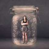 Η επιχειρησιακή γυναίκα συνέλαβε στο βάζο γυαλιού με συρμένα τα χέρι εικονίδια μέσων Στοκ Εικόνες