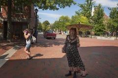 Η επιχειρησιακή γυναίκα του Σάλεμ Μασαχουσέτη θέτει για τη κάμερα στοκ εικόνες με δικαίωμα ελεύθερης χρήσης