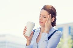 Η επιχειρησιακή γυναίκα τόνισε κατά λάθος να έχε τον καφέ φλυτζανιών εκμετάλλευσης πονοκέφαλου Στοκ Εικόνες