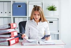 Η επιχειρησιακή γυναίκα υπολογίζει το φόρο στοκ εικόνες