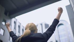 Η επιχειρησιακή γυναίκα χαίρεται για την επιτυχία, ευχαριστημένη από την πρόοδο σταδιοδρομίας, θρίαμβος φιλμ μικρού μήκους