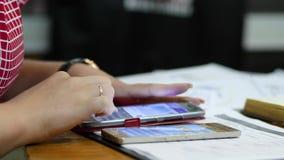 Η επιχειρησιακή γυναίκα χρησιμοποιεί μια κινητή συσκευή σε ένα γραφείο σε μια αίθουσα συνδιαλέξεων, χέρια κινηματογραφήσεων σε πρ απόθεμα βίντεο