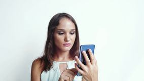 Η επιχειρησιακή γυναίκα χρησιμοποιεί τον κινητό τηλεφωνικό Τύπο από τα μέσα ή τα κοινωνικά δίκτυα σε ένα άσπρο υπόβαθρο κλείστε ε φιλμ μικρού μήκους