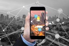 Η επιχειρησιακή γυναίκα χρησιμοποιεί το smartphone για συνδέει Διαδίκτυο στην έξυπνη πόλη στοκ φωτογραφίες