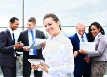 Η επιχειρησιακή κυρία με το θετικό κοιτάζει και εύθυμος στοκ φωτογραφίες με δικαίωμα ελεύθερης χρήσης