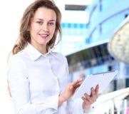 Η επιχειρησιακή κυρία με το θετικό κοιτάζει Στοκ Φωτογραφίες