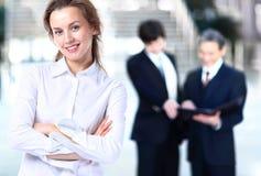 Η επιχειρησιακή κυρία με το θετικό κοιτάζει Στοκ Εικόνα
