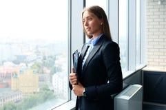 Η επιχειρησιακή κυρία με το θετικό κοιτάζει Στοκ Εικόνες