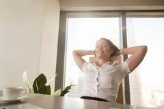 Η επιχειρησιακή κυρία φαντάζεται το ευτυχές μέλλον στην επιχείρηση Στοκ Εικόνα