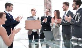 Η επιχειρησιακή ομάδα επιδοκιμάζει το νέο υπάλληλο την πρώτη εργάσιμη ημέρα στοκ φωτογραφία