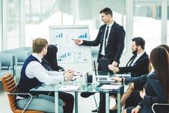 η επιχειρησιακή ομάδα κάνει μια παρουσίαση ενός νέου οικονομικού προγράμματος για τους συνέταιρους της επιχείρησης στοκ φωτογραφίες