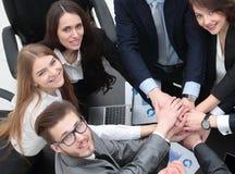 Η επιχειρησιακή ομάδα με τα χέρια μαζί στο γραφείο Στοκ Φωτογραφίες