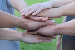 Η επιχειρησιακή ομάδα που στέκεται και συσσωρεύει το joi ανθρώπων χεριών τους μαζί Στοκ φωτογραφίες με δικαίωμα ελεύθερης χρήσης