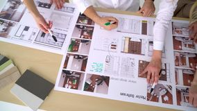 Η επιχειρησιακή ομάδα συζητά ένα αρχιτεκτονικό σχέδιο φιλμ μικρού μήκους