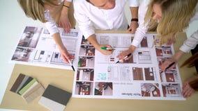 Η επιχειρησιακή ομάδα συζητά ένα αρχιτεκτονικό σχέδιο απόθεμα βίντεο