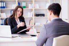 Η επιχειρησιακή συνεδρίαση μεταξύ του επιχειρηματία και της επιχειρηματία Στοκ Εικόνα