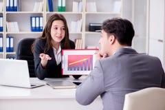 Η επιχειρησιακή συνεδρίαση μεταξύ του επιχειρηματία και της επιχειρηματία Στοκ φωτογραφία με δικαίωμα ελεύθερης χρήσης