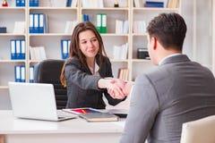 Η επιχειρησιακή συνεδρίαση μεταξύ του επιχειρηματία και της επιχειρηματία Στοκ Εικόνες