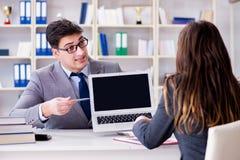 Η επιχειρησιακή συνεδρίαση μεταξύ του επιχειρηματία και της επιχειρηματία Στοκ εικόνες με δικαίωμα ελεύθερης χρήσης