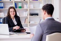 Η επιχειρησιακή συνεδρίαση μεταξύ του επιχειρηματία και της επιχειρηματία Στοκ εικόνα με δικαίωμα ελεύθερης χρήσης